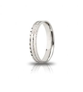 Fedina di fidanzamento Ninfea Unoaerre in argento 925 bianco in finitura lucida con fantasia a tre linee diamantate. Mm 3,50